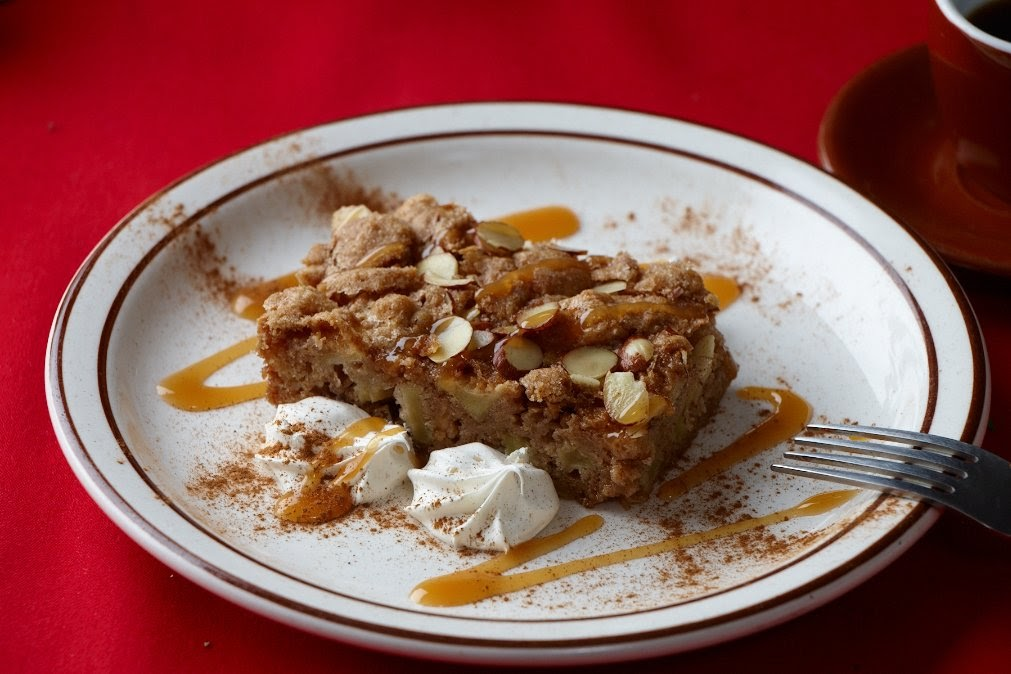 Apple cinnamon cake with almonds
